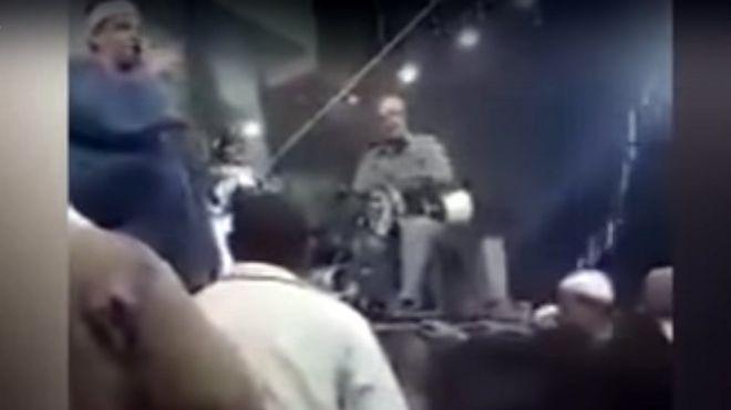 غضب في مصر من منشد قرأ الفاتحة على أنغام الموسيقى