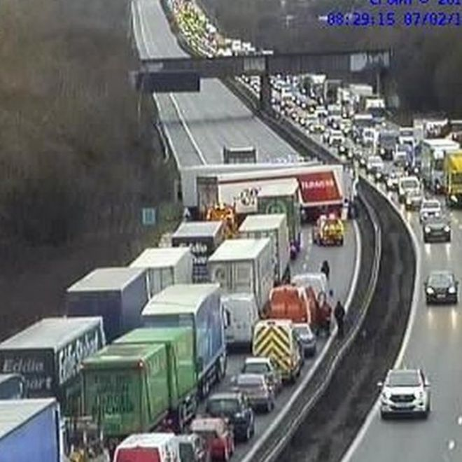 M1 in Leicestershire closed after four-lorry crash - BBC News