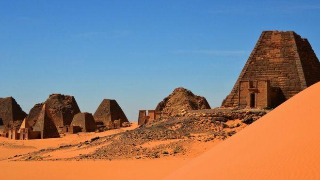 Ruínas de al-Bajrawiya em dia de sol