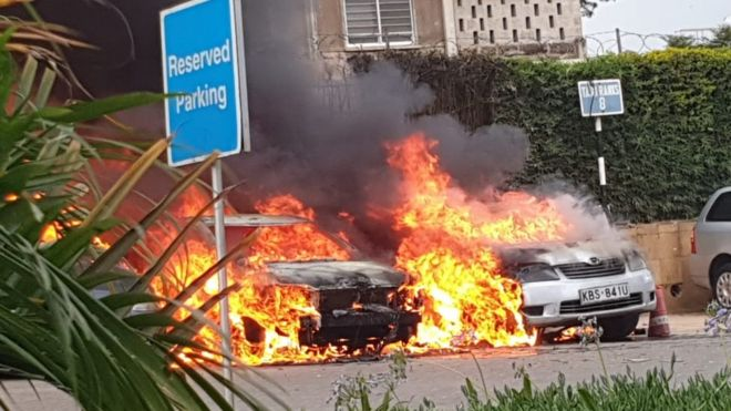 Autos incendiándose en Nairobi
