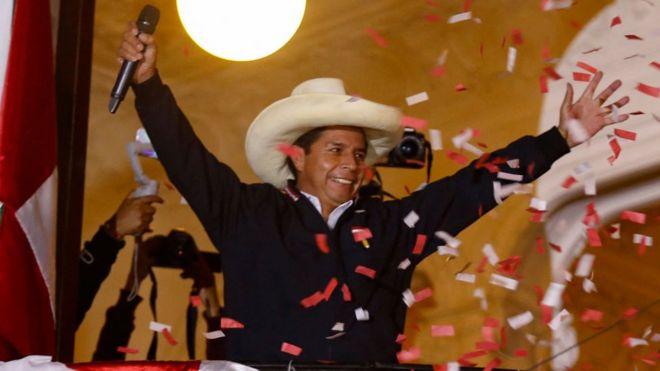 Pedro Castillo este martes desde el balcón de la sede de Perú Libre en Lima.