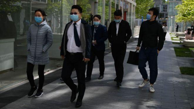 Trabajadores de oficina en Pekín, en abril.