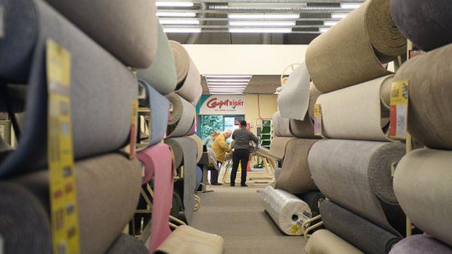 Покупатели в магазине Carpetright