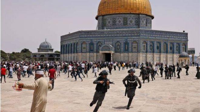 متظاهرون فلسطينيون يشتبكون مع قوات الشرطة الإسرائيلية في باحات المسجد الأقصى عقب صلاة الجمعة