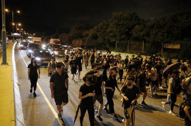 自下午三时左右,防暴警察出现,示威者四散。部分人坐车离开或是步行至东涌。