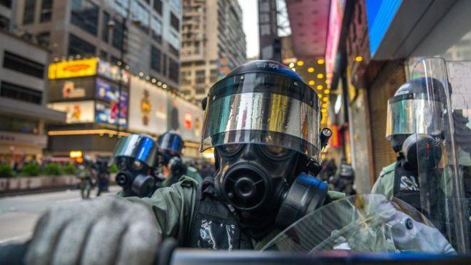 Tropa de choque afasta jornalista usando bastão