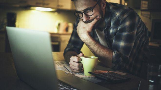 Hombre usando la computadora