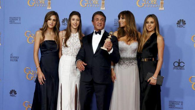 Сильвестр Сталлоне с женой и дочерьми после победы в фильме «Золотой глобус»