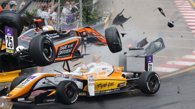 El auto de Sophia Florsch se dirige en el aire contra la plataforma de fotógrafos.