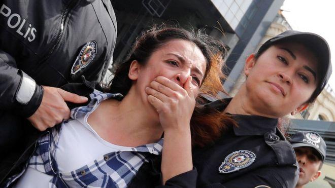 Policial detém manifestante depois um protesto na Praça Taksim, em Istambul, Turquia