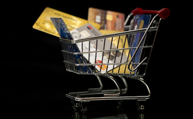 Carrito de compras con tarjetas.