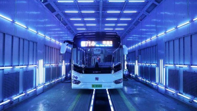 Un bus es desinfectado con luz UVC en Shanghai, China.