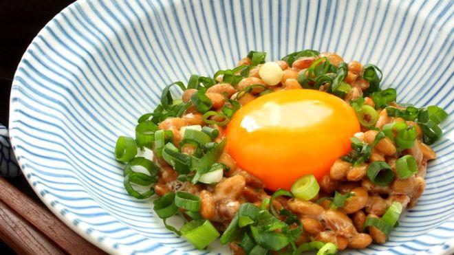 Натто часто подают с зеленым луком и сырым яйцом