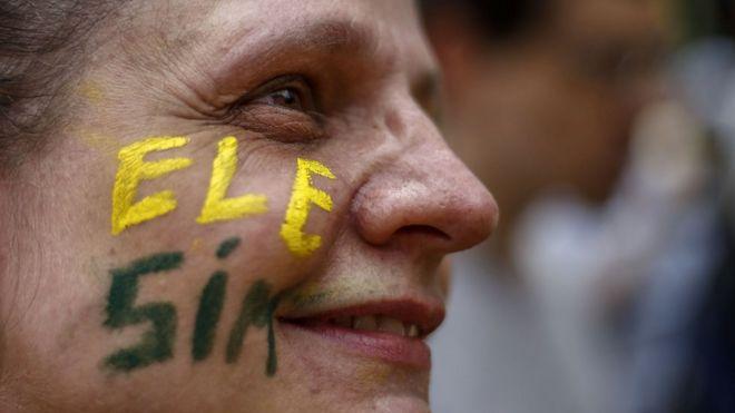 Mulher com rosto pintado de 'ele sim', em apoio a Jair Bolsonaro