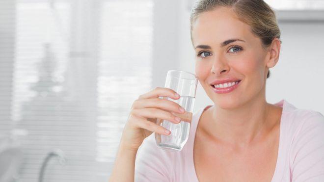 porque una persona orina mucho sin tomar agua