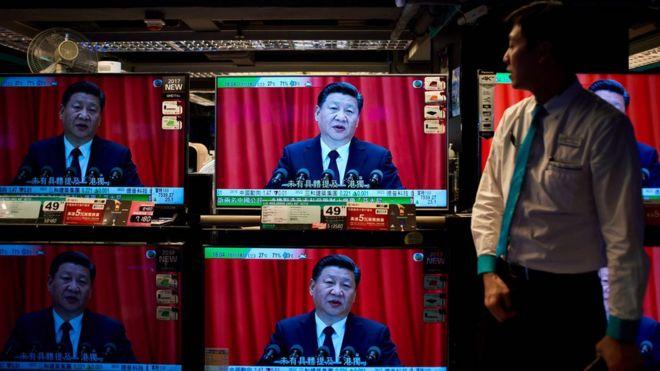 香港某電器店內展示的電視機在播放習近平於十九大開幕式上發表工作報告(18/10/2017)