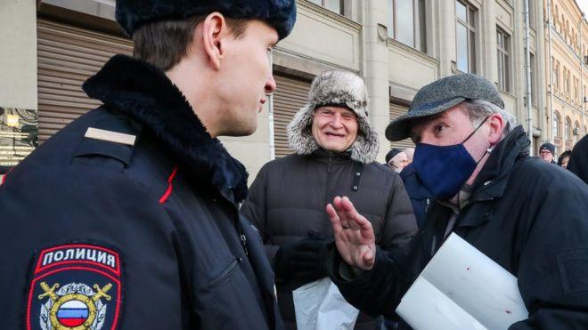 В Москве начали выдавать пропуска с QR-кодами сотрудникам СМИ мэрии и волонтерам