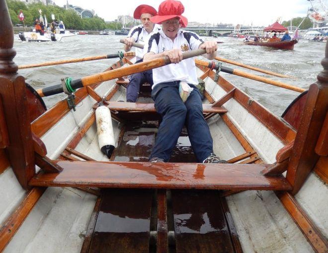 رجلان يجدقان في قارب في نهر