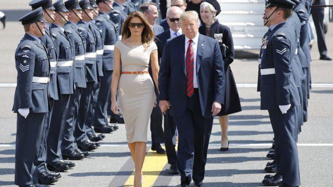 Vợ chồng Tổng thống Trump được Đại sứ Mỹ tại Anh, Bộ trưởng Thương mại Quốc tế Liam Fox và các vị có chức sắc khác ra đón.