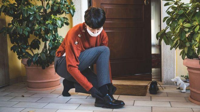 Una mujer se quita los zapatos
