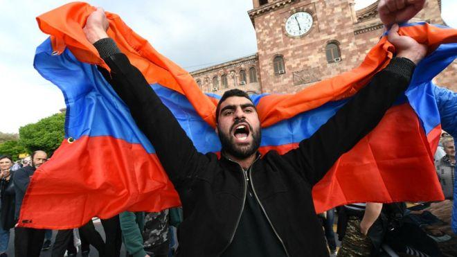 Ermenistan'da Paşinyan gözaltına alındı, binlerce muhalif sokaklara döküldü