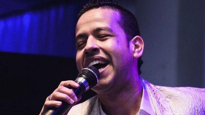 El cantante Martín Elías Díaz cantando.