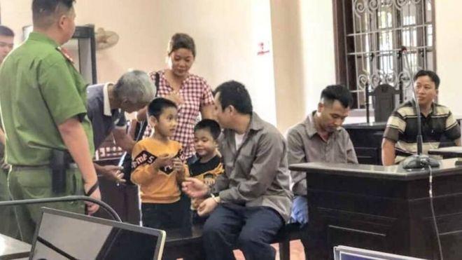 Vợ và hai con trai của bị cáo Lê Ngọc Hoàng hôm 2/11