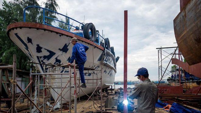 Hình minh họa: Thợ hàn làm việc trên một tàu vỏ thép gần cảng Thuận Phước, Đà Nẵng