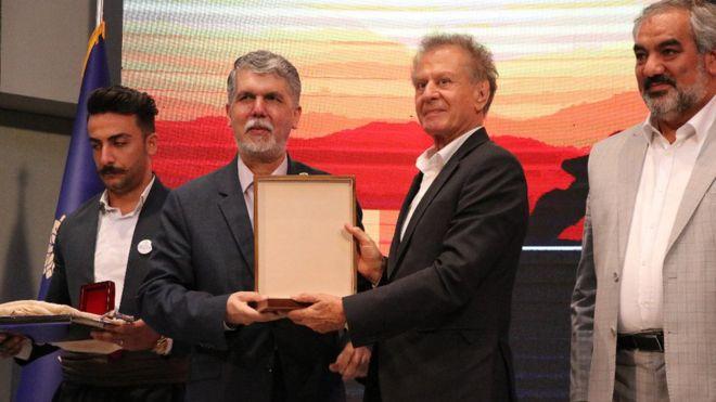مظهر خالقی، خواننده کرد، در کنار وزیر ارشاد و فرهنگ جمهوری اسلامی ایران