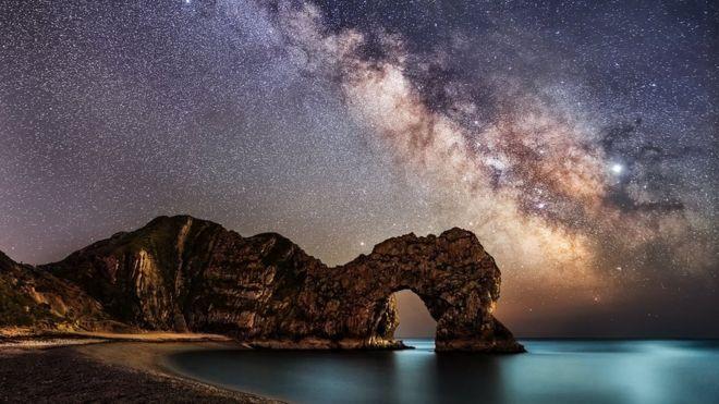 La Vía Láctea en Durdle Door, Dorset, Reino Unido