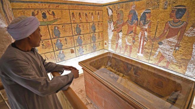 Un egipcio mira a la tumba restaurada de Tutankamón en el Valle de los Reyes, el 31 de enero de 2019.