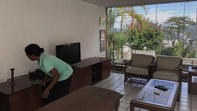 Isabel limpiando la casa.