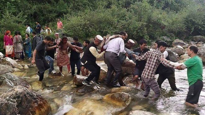 Acidente de ônibus de Kullu: Mais de 40 morrem em desfiladeiro da Índia