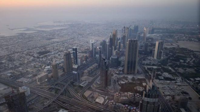 Горизонт Дубая изображен с Бурдж-Халифа (16 мая 2017 года)