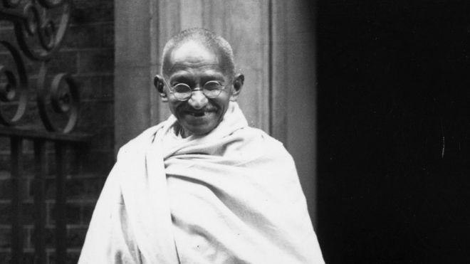 1931年、ロンドンのダウニング街の外にあるインドの指導者マハトマガンジー
