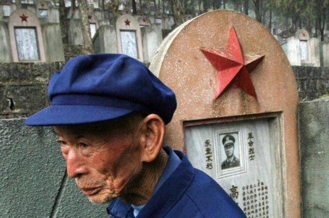 Một cựu chiến binh Trung Quốc đến thăm nghĩa trang quân đội 'Martyr's Cemetery' tại Malipo dành cho tử sĩ của cuộc chiến với Việt Nam năm 1979