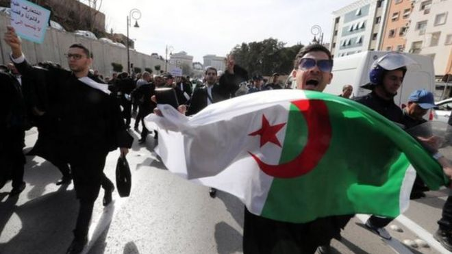 5b7e8c870 مظاهرات الجزائر: السلطات تفرض عطلة مبكرة في الجامعات للحد من مشاركة ...