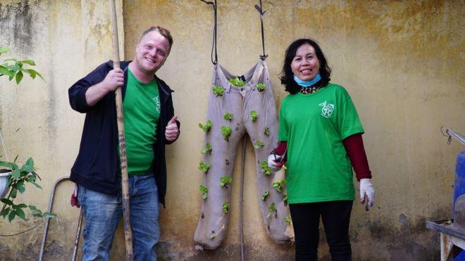 James Joseph Kendall, người sáng lập ra Keep Hanoi Clean, và sống ở Hà Nội 7 năm qua, nói anh đã nghĩ đến việc chuyển đến một thành phố khác nếu tình trạng ô nhiễm không khí trở nên quá trầm trọng.