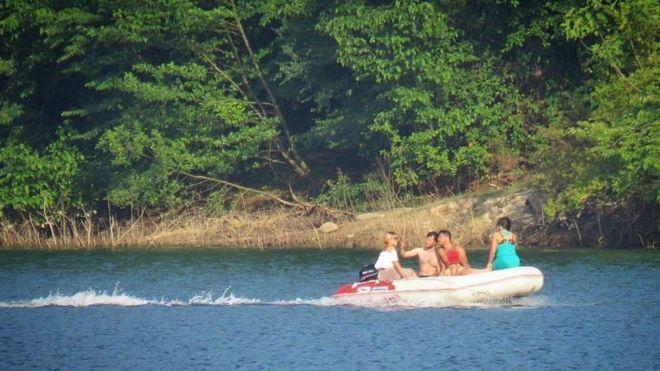 جوانان قایق سوار لفور