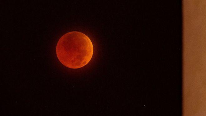 """هواة الفلك يترقبون """"قمر الذئب الدموي العملاق"""" فجر الاثنين"""