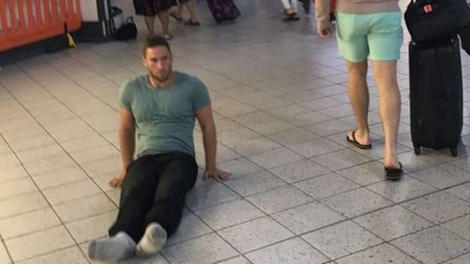 Justin Levene se arrasta pelo chão de Luton