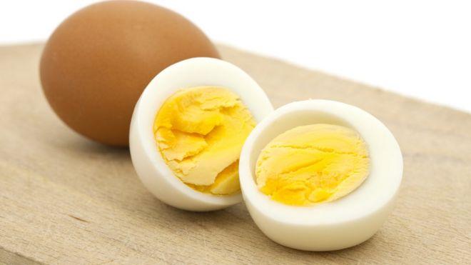 Un huevo duro cortado a la mitad.