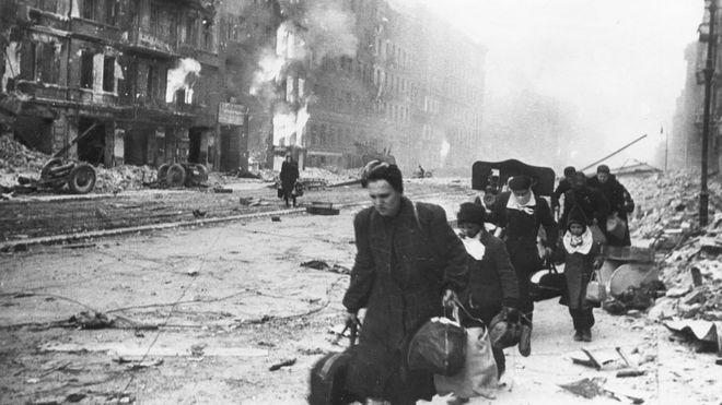 Sovyet güçleri ilerlerken kenti terk etmeye çalışan Berlinliler.