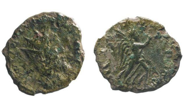"""La """"increíblemente extraña"""" moneda romana que encontraron mientras reparaban una carretera en Reino Unido _107003839_mediaitem107003838"""