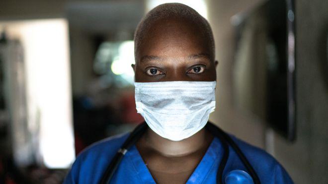 Doctora con máscara