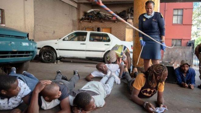 """Вместе с карантином в ЮАР ввели """"сухой закон"""". Что из этого получилось?"""