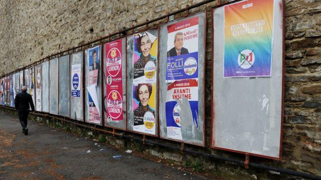 Una calle de Florencia llena de carteles electorales.