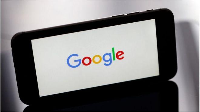 الصورة لجهاز آيفون يظهر على شاشته شعار شركة غوغل