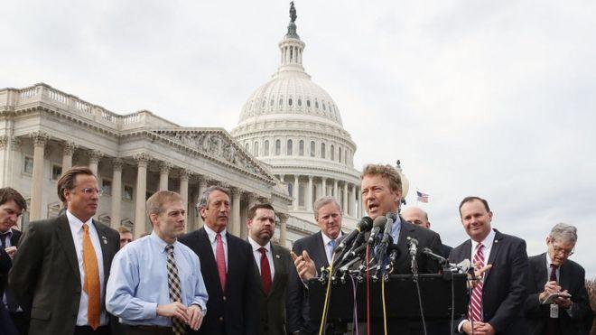 Senatör Rand Paul (R-KY) (C), Washington DC'de 7 Mart 2017'de Capitol Hill'de düzenlenen bir basın toplantısında House Freedom Caucus üyeleri tarafından çevrelendiğinde Obamacare'nin yürürlükten kaldıktan ve değiştirilmesinden bahsediyor.