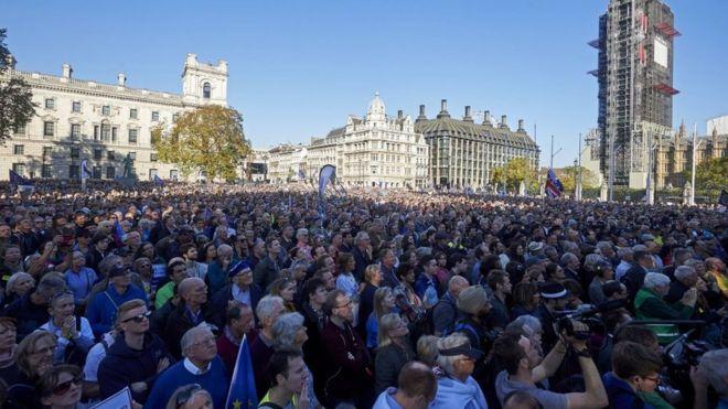 Yüzbinlerce AB yanlısı İngiliz yeni bir referandum talebiyle sokaklara döküldü